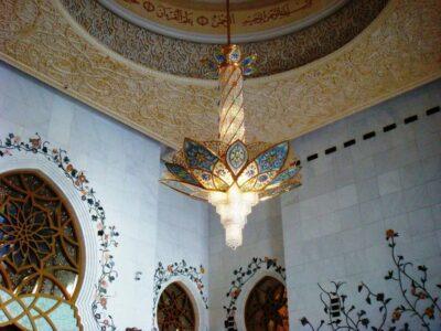 Люстра в белой мечети в Абу-даби
