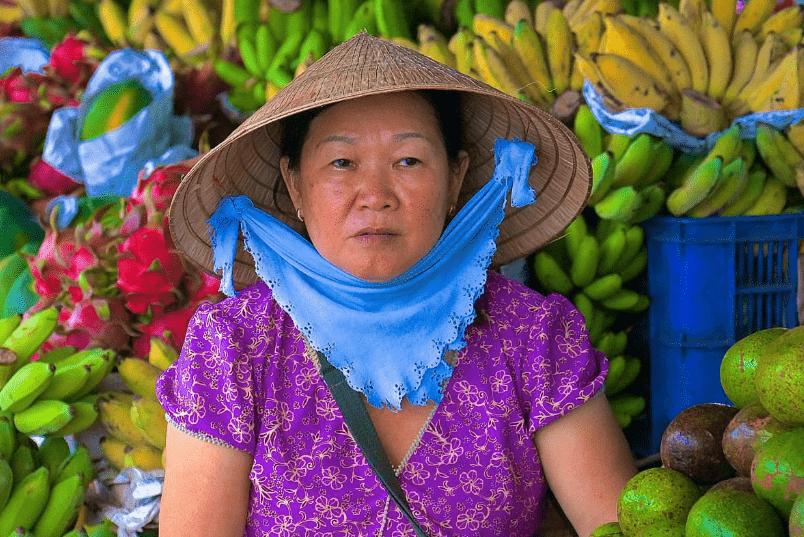 Торговцы на рынке во Вьетнаме