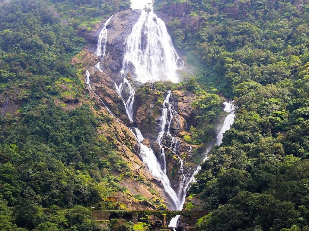 Водопад Дудхсагар в Индии