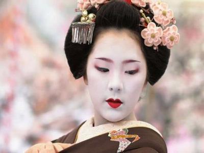 Японская гейша в кимоно