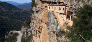 Сказочный монастырь с жуткой пещерой-отдых в Греции с детьми